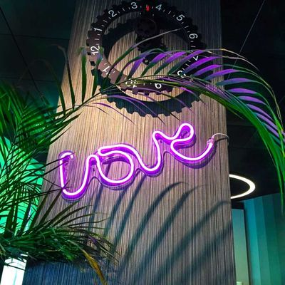 Neon Love Duvar Aydınlatması
